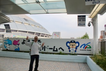 Frank is excited to go to a baseball game! Nagoya Dragons vs. Tokyo Swallows